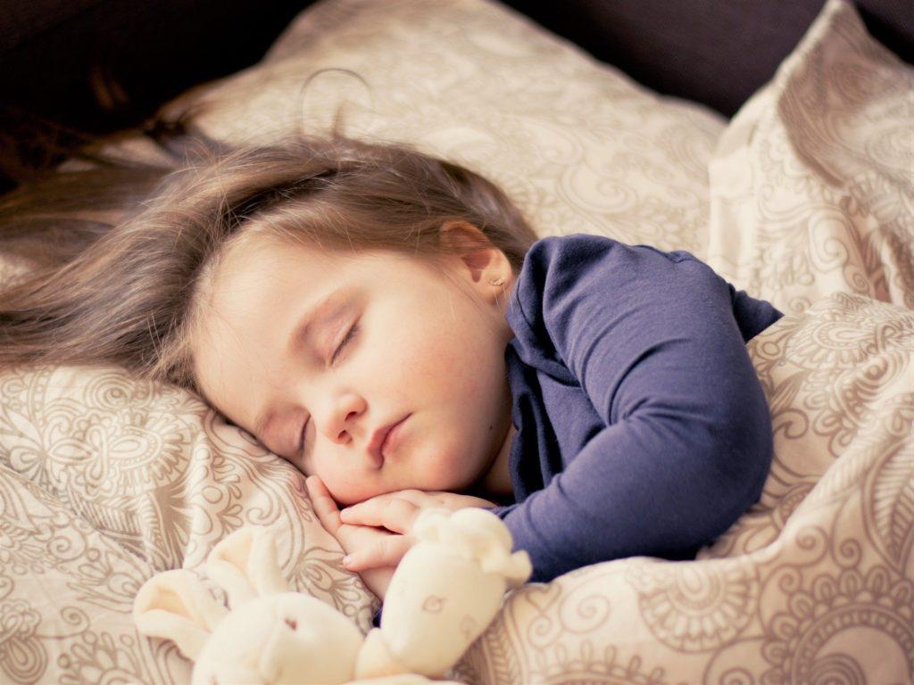 Damit wir uns morgens entspannt und ausgeruht fühlen, ist die richtige Schlafposition entscheidend.
