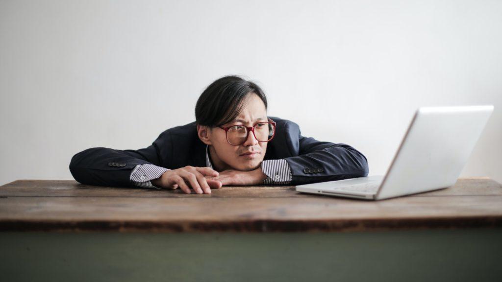 Schlafmangel führt zu Unkonzentriertheit und Leistungsabfall bei Tag.