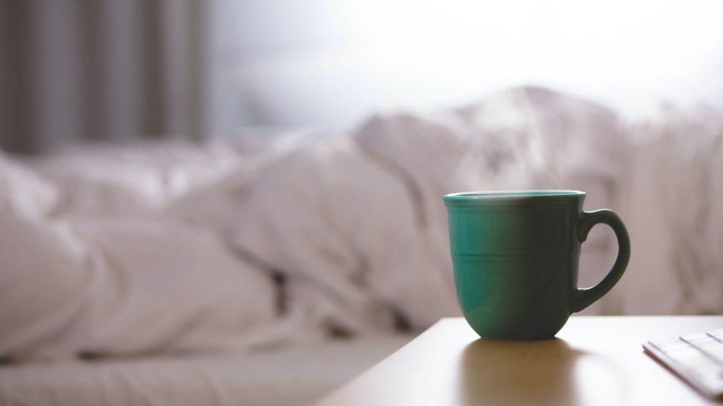 Kaffeetasse auf dem Nachttisch