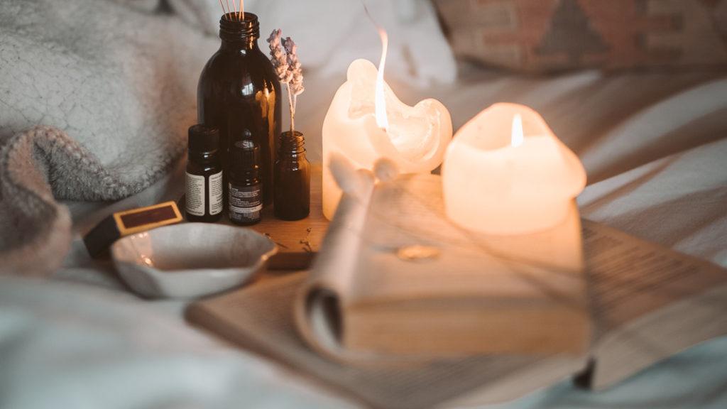 Kerze und Düfte im Bett