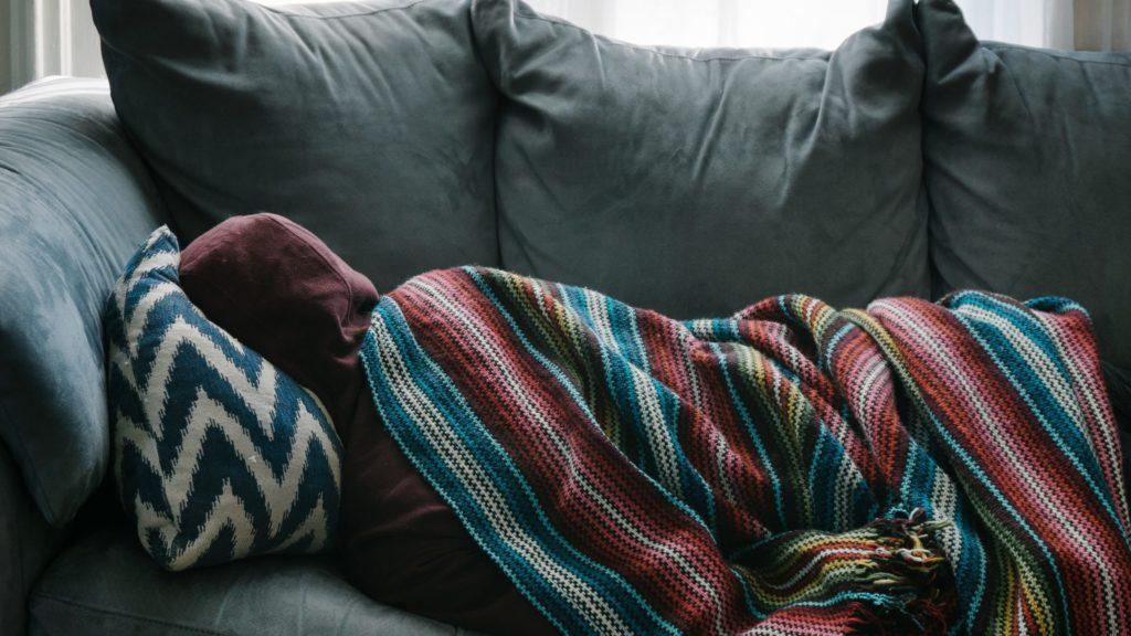 Schlafsofa mit Kissen und Decke