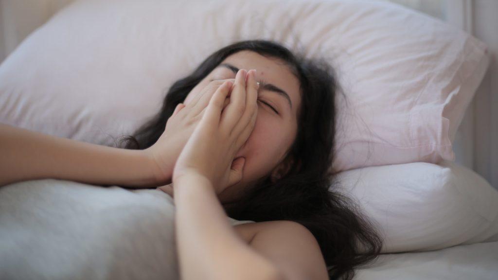 Schlecht schlafen aufgrund von Alpträumen.