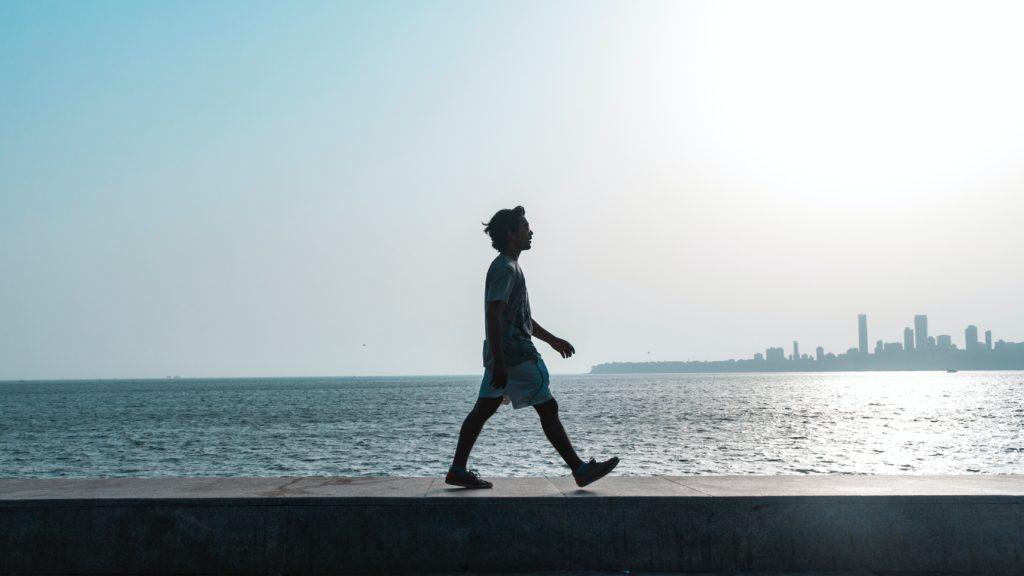 Mann geht an der frischen Luft spazieren.