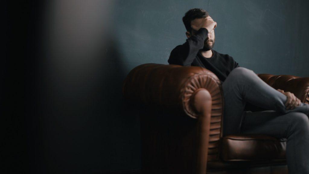 Mann bei der kognitiven Verhaltenstherapie