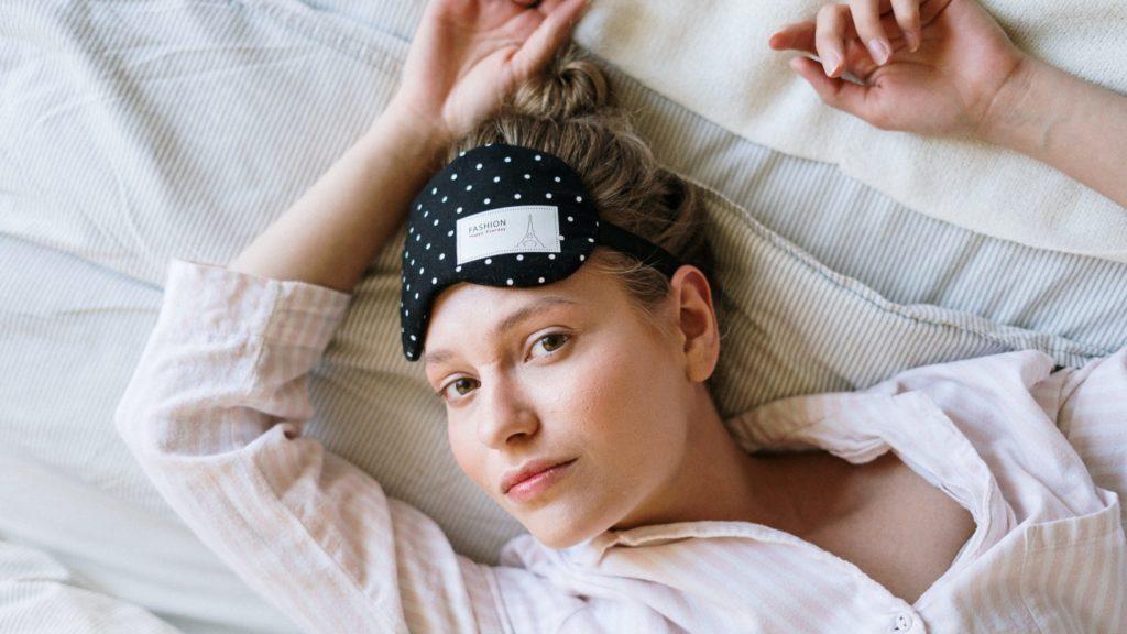 Schlafmaske auf der Stirn