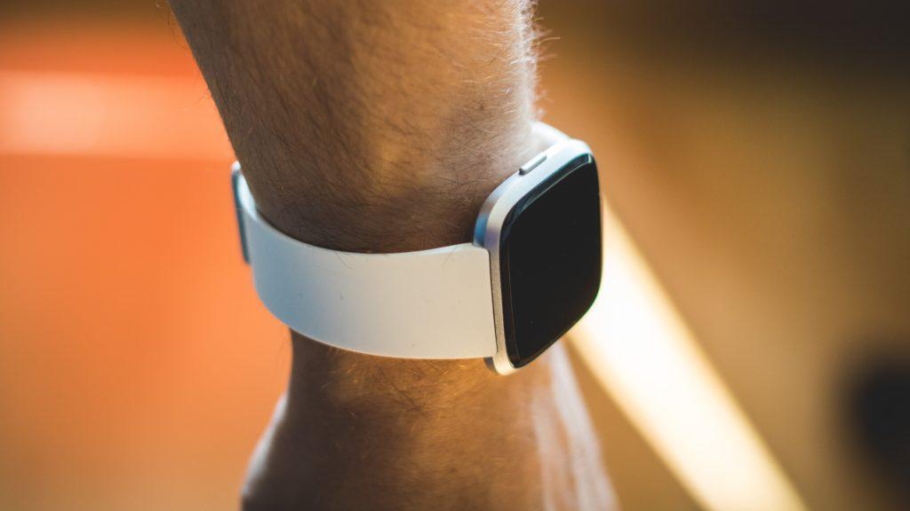Mithilfe der Fitbit den Schlaf tracken.