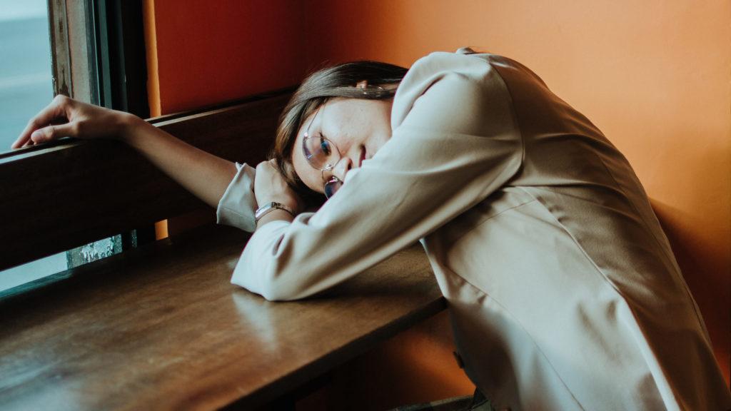 Frau schläft unterwegs ein