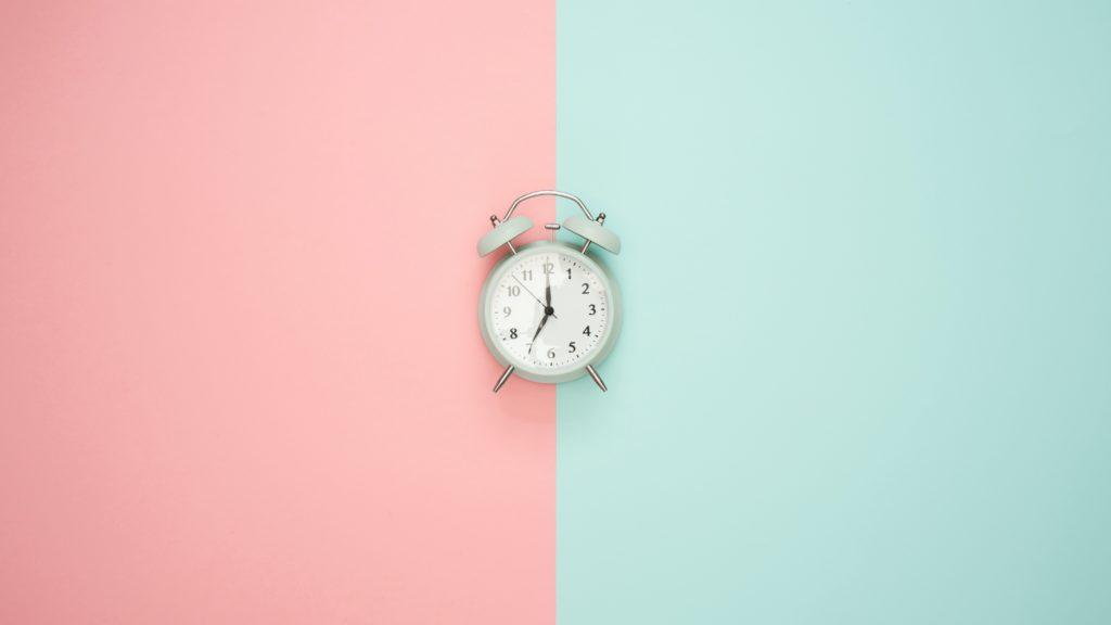 Uhr mit zweifarbigem Hintergrund